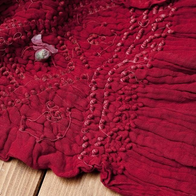 あなたが完成させる 伝統の絞り染めストール バンデジ - 赤系の写真6 - 白くなっていたところは、このように糸を結ぶことで模様になります。