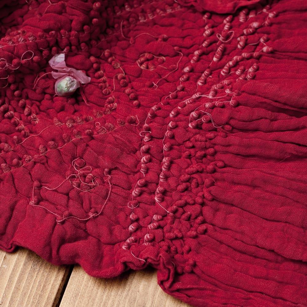 あなたが完成させる 伝統の絞り染めストール バンデジ - 赤系 6 - 白くなっていたところは、このように糸を結ぶことで模様になります。