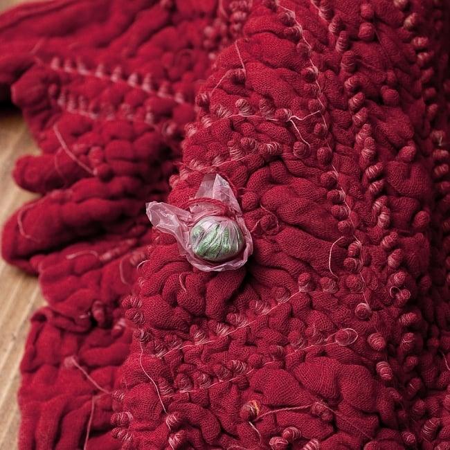 あなたが完成させる 伝統の絞り染めストール バンデジ - 赤系の写真7 - どういう風に布を染め上げ、作っているのかがよくわかる布です。