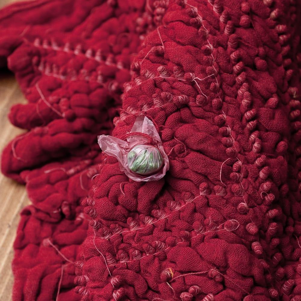 あなたが完成させる 伝統の絞り染めストール バンデジ - 赤系 7 - どういう風に布を染め上げ、作っているのかがよくわかる布です。