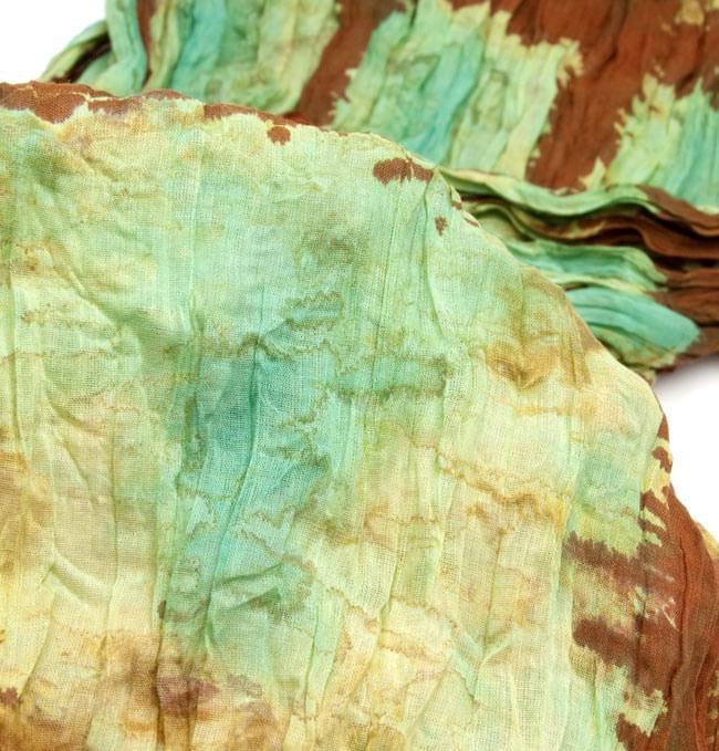 (タイダイ) インドのクリンクルストール -  茶色×エメラルドグリーン 4 - 柄の一部を拡大してみたところです