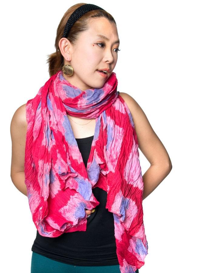(タイダイ) インドのクリンクルストール - 紺×ピンク 7 - 大きさも十分なので、色んな巻き方で使えるのも魅力です。