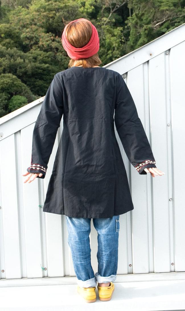 長袖ネパールのカシュクール風ワンピース[黒] 3 - 裾広がりのデザインがなんともきれいです。