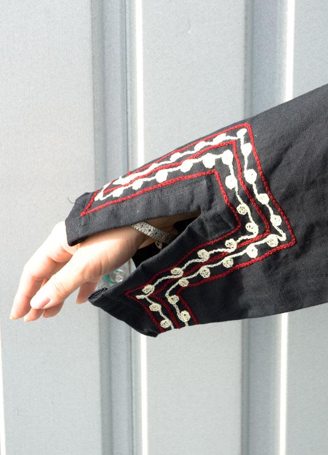 長袖ネパールのカシュクール風ワンピース[黒] 4 - 袖部分の刺繍です。