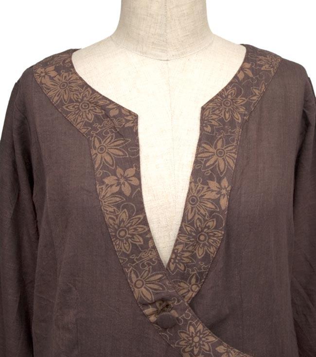 長袖紐刺繍ジャケット【茶】の写真3 - 胸元の独特のカットデザイン。