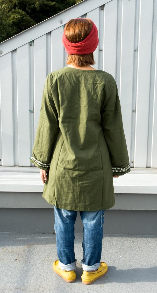 長袖ネパールのカシュクール風ワンピース[緑] 3 - 後ろ姿です。