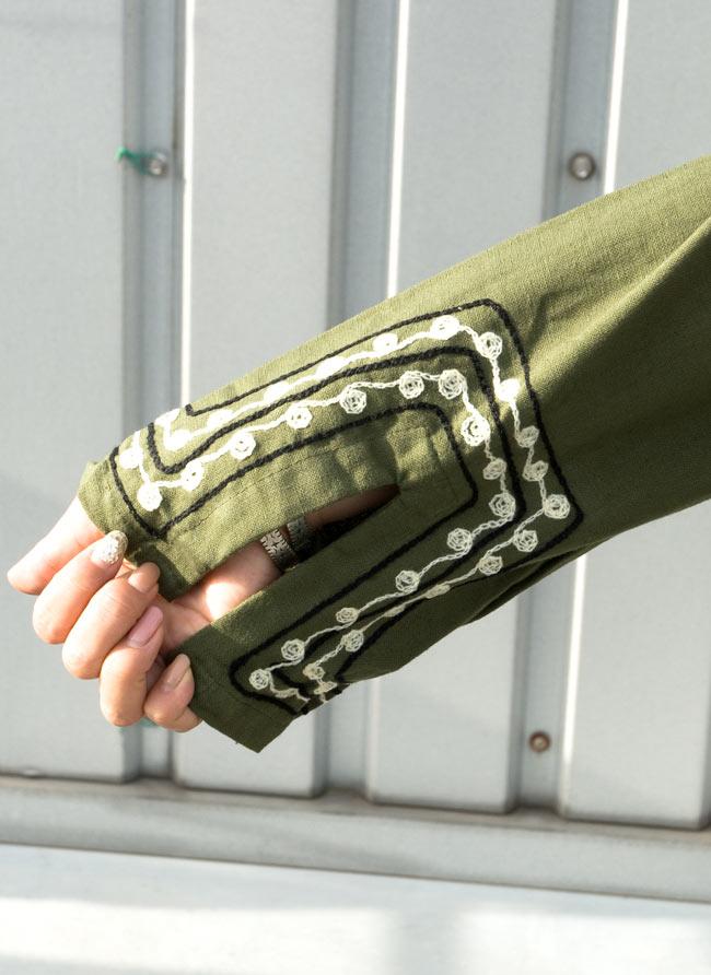 長袖ネパールのカシュクール風ワンピース[緑] 4 - 袖部分の刺繍です。