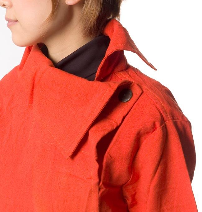 ウッドボタンのカシュクールジャケット 【オレンジ】の写真5 - 襟元をアップにしてみました。大人な印象がステキです。
