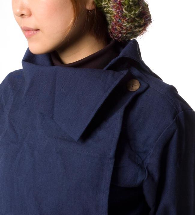 ウッドボタンのカシュクールジャケット 【紺】の写真5 - 襟元をアップにしてみました。大人な印象がステキです。