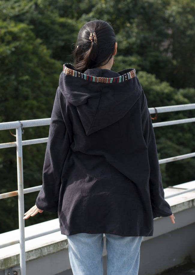 ネパールゲリラインのフリースジャケットの写真2 - J:ブラック(ゲリ素材のポケット)を背中側から見てみました。