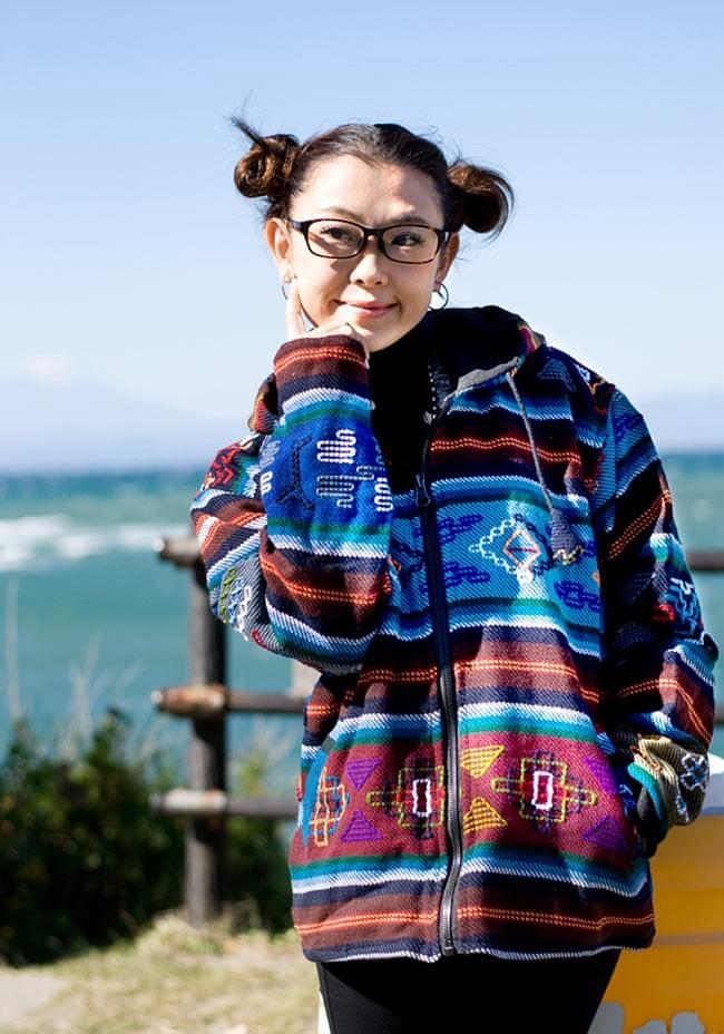 ネパール民族織り布のカラフルジャケットの写真2 - B:赤:身長150�のスタッフが着てみました。こちらはサイズM/Lサイズです。インナーは厚手のものも着れちゃいます!