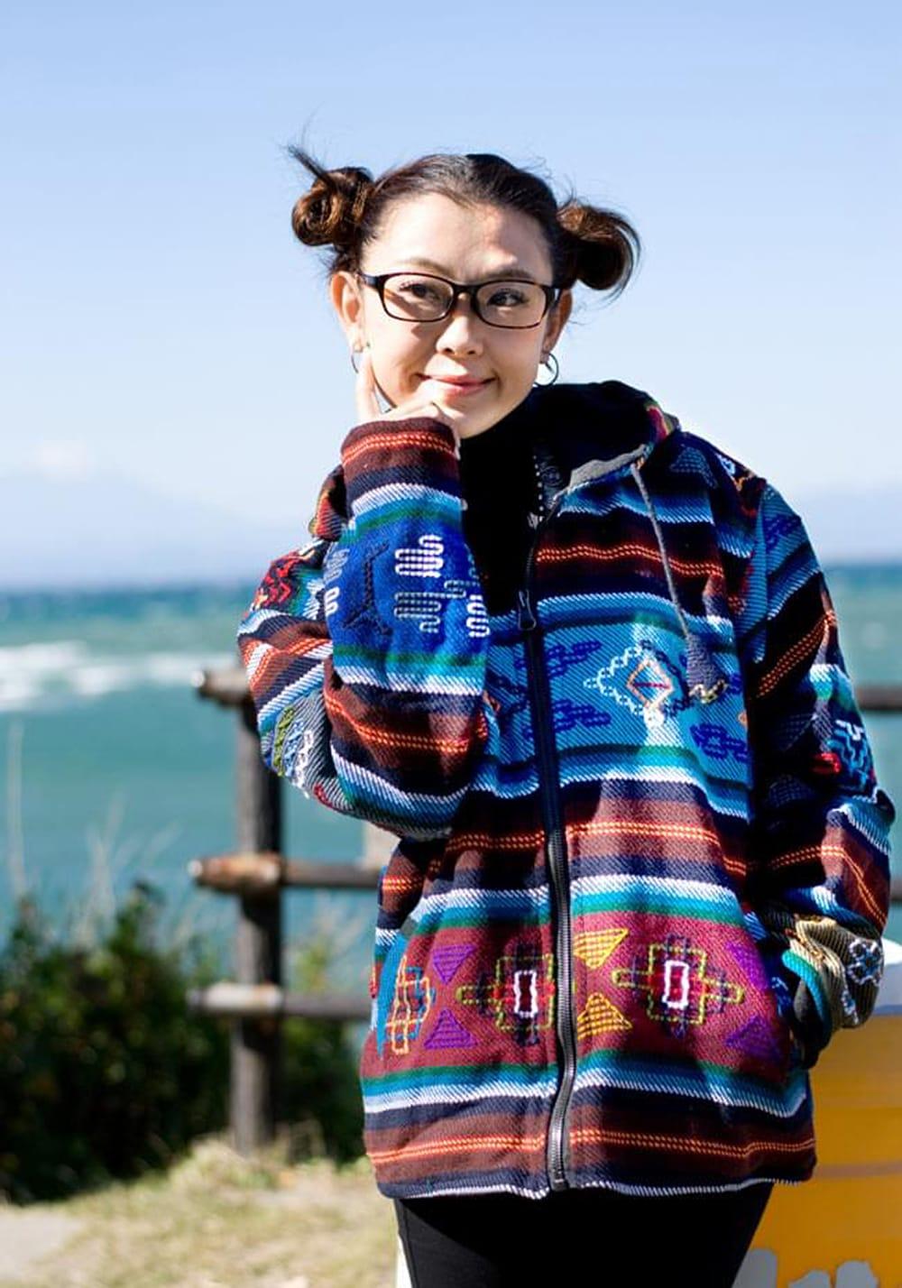 ネパール民族織り布のカラフルジャケット 2 - 水色:身長150cmのスタッフが着てみました。こちらはサイズMサイズです。インナーは厚手のものも着れちゃいます!