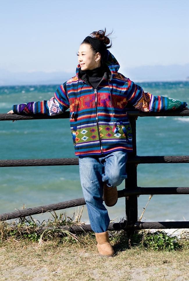 ネパール民族織り布のカラフルジャケットの写真3 - C:白:身長150�のスタッフが着てみました。こちらはサイズM/Lサイズです。