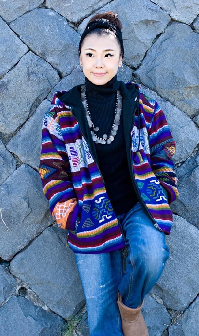 ネパール民族織り布のカラフルジャケットの写真4 - D:ブルー:身長150�のスタッフが着てみました。こちらはサイズM/Lサイズです。