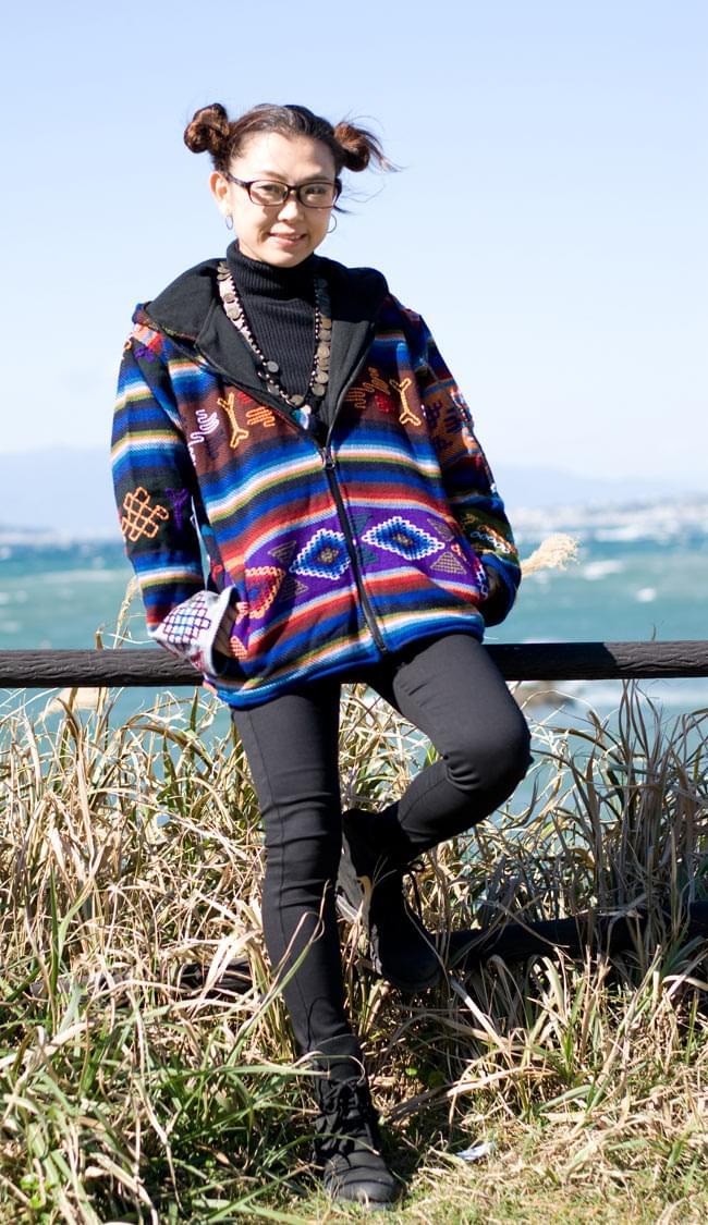 ネパール民族織り布のカラフルジャケットの写真5 - E:茶:身長150�のスタッフが着てみました。こちらはサイズM/Lサイズです。