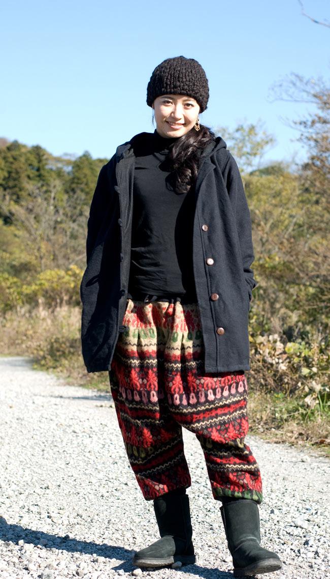 ネパールのコットンジャケットの写真3 - ブラック:身長165�のモデルが着てみました。こちらはMサイズになりますが、サイズはぴったりです。