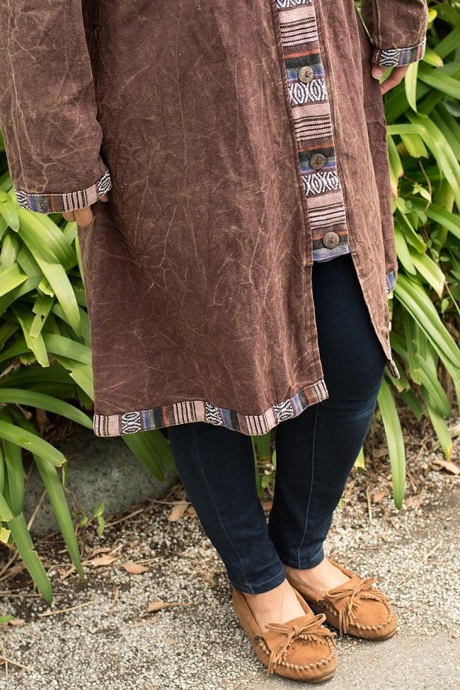 ネパールゲリとストーンウォッシュのロングコート 12 - 裾口にもネパール布の飾りが施されています。