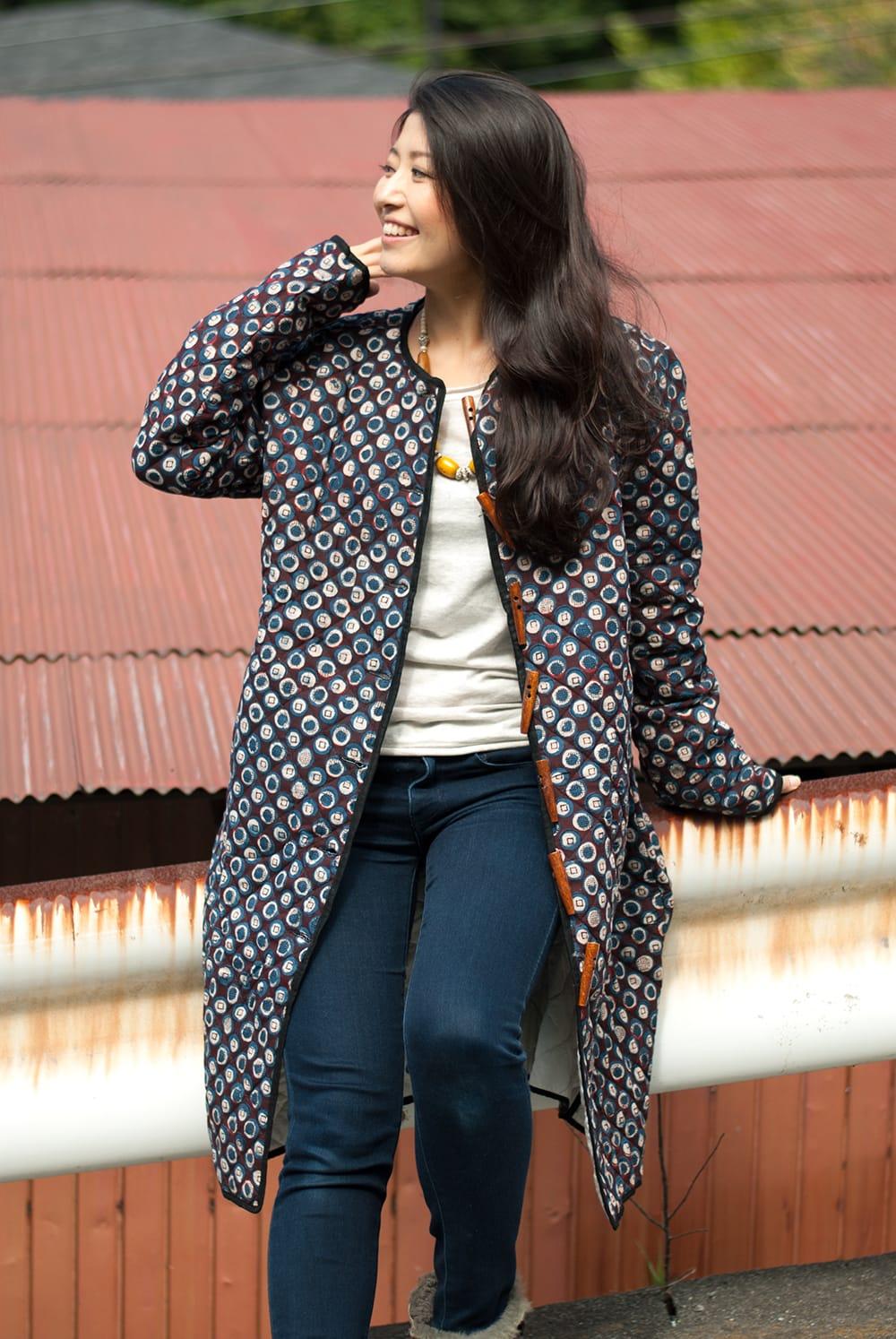 インディゴ染布のキルティングコート 10 - 選択Cの着用例です。前をオープンにして着ても素敵ですね!