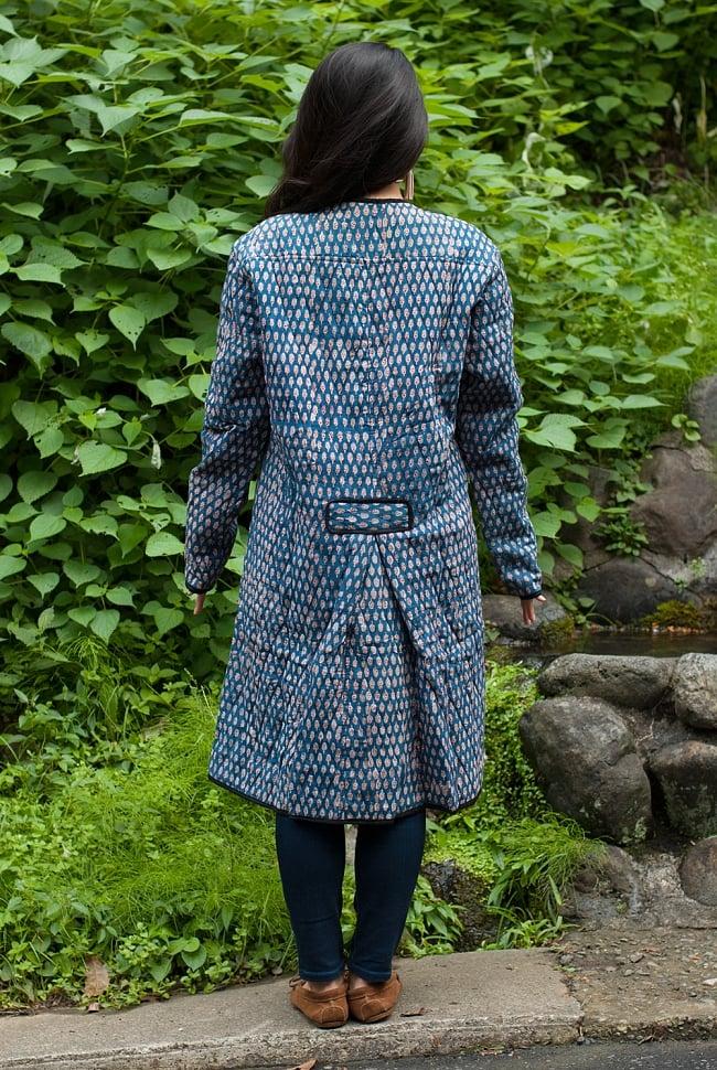 インディゴ染布のキルティングコート 2 - 後ろからの姿です。