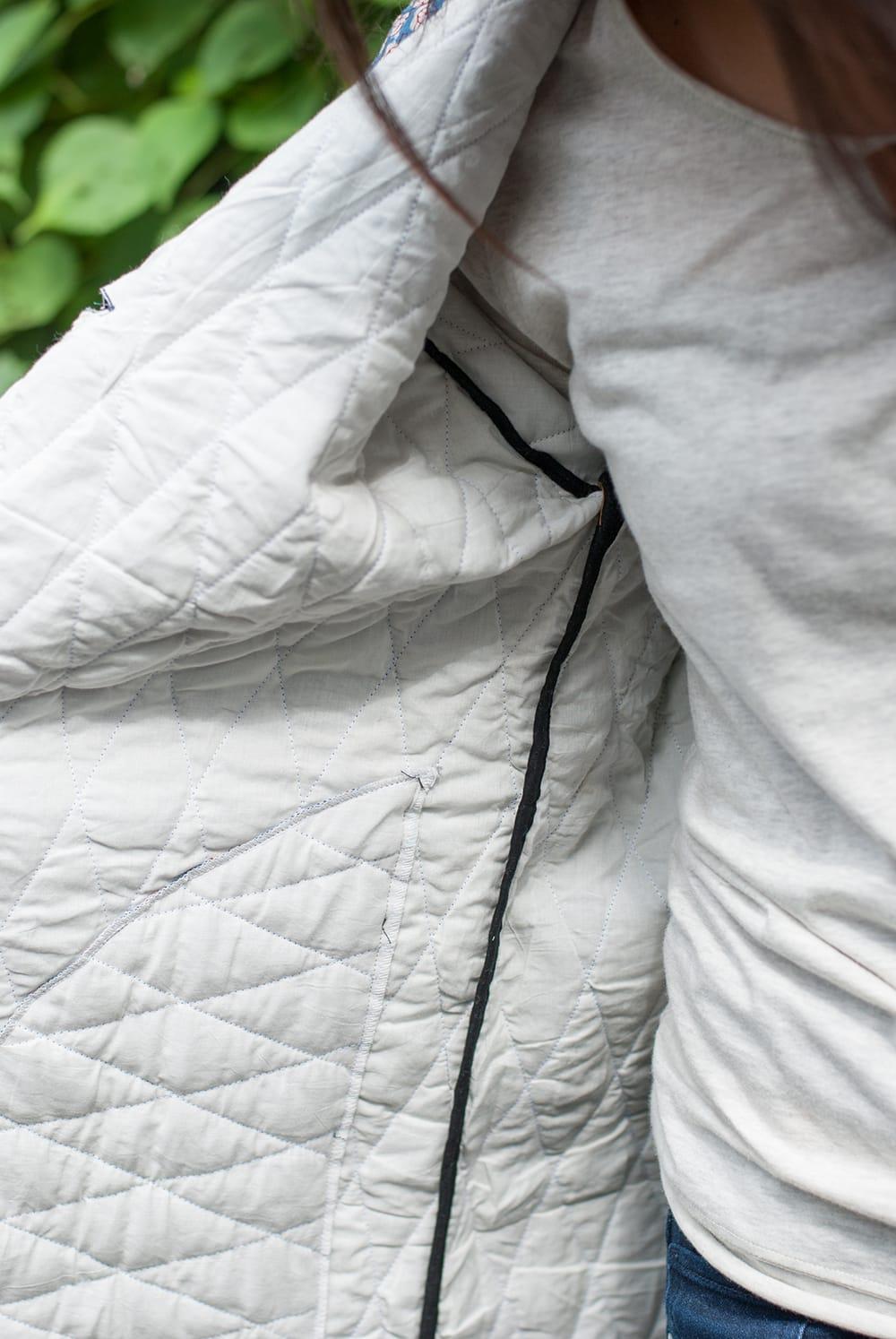 インディゴ染布のキルティングコート 7 - 裏地をみてみました。やや薄手のコートですが綿が詰めてあるので秋口に嬉しい暖かさです。