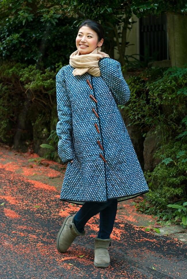 インディゴ染布のキルティングコート 8 - 選択Bの直用例です。スカーフやストールとの相性もバッチリです。