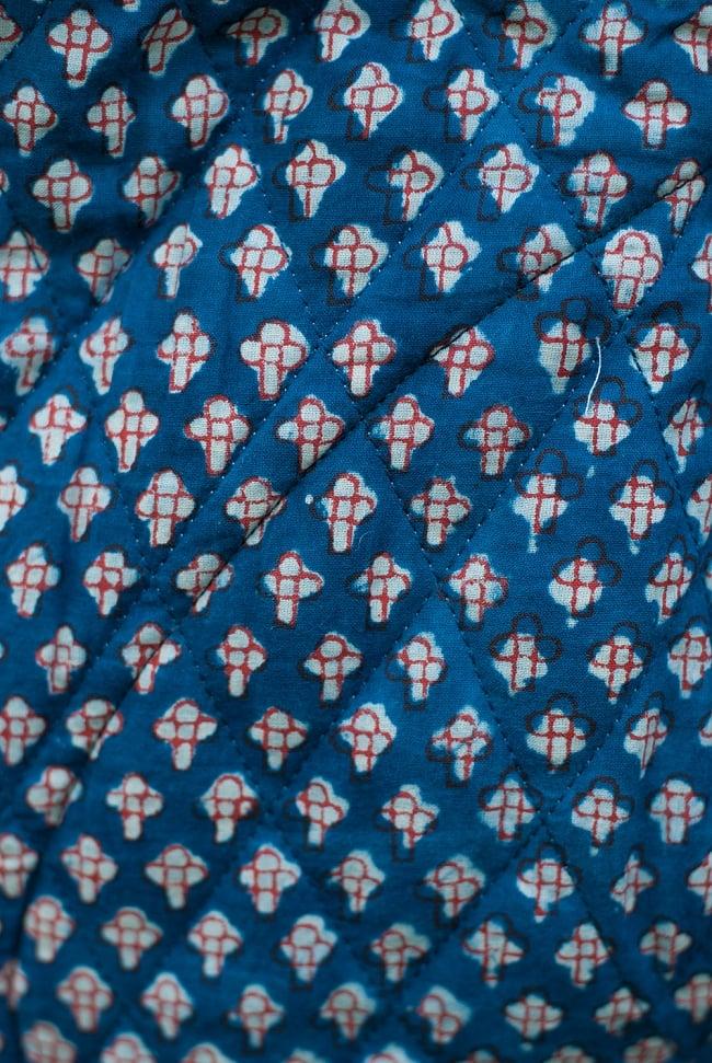 インディゴ染布のキルティングコート 9 - 選択Bの生地を近くでみてみました。小花模様が可愛らしいですね。