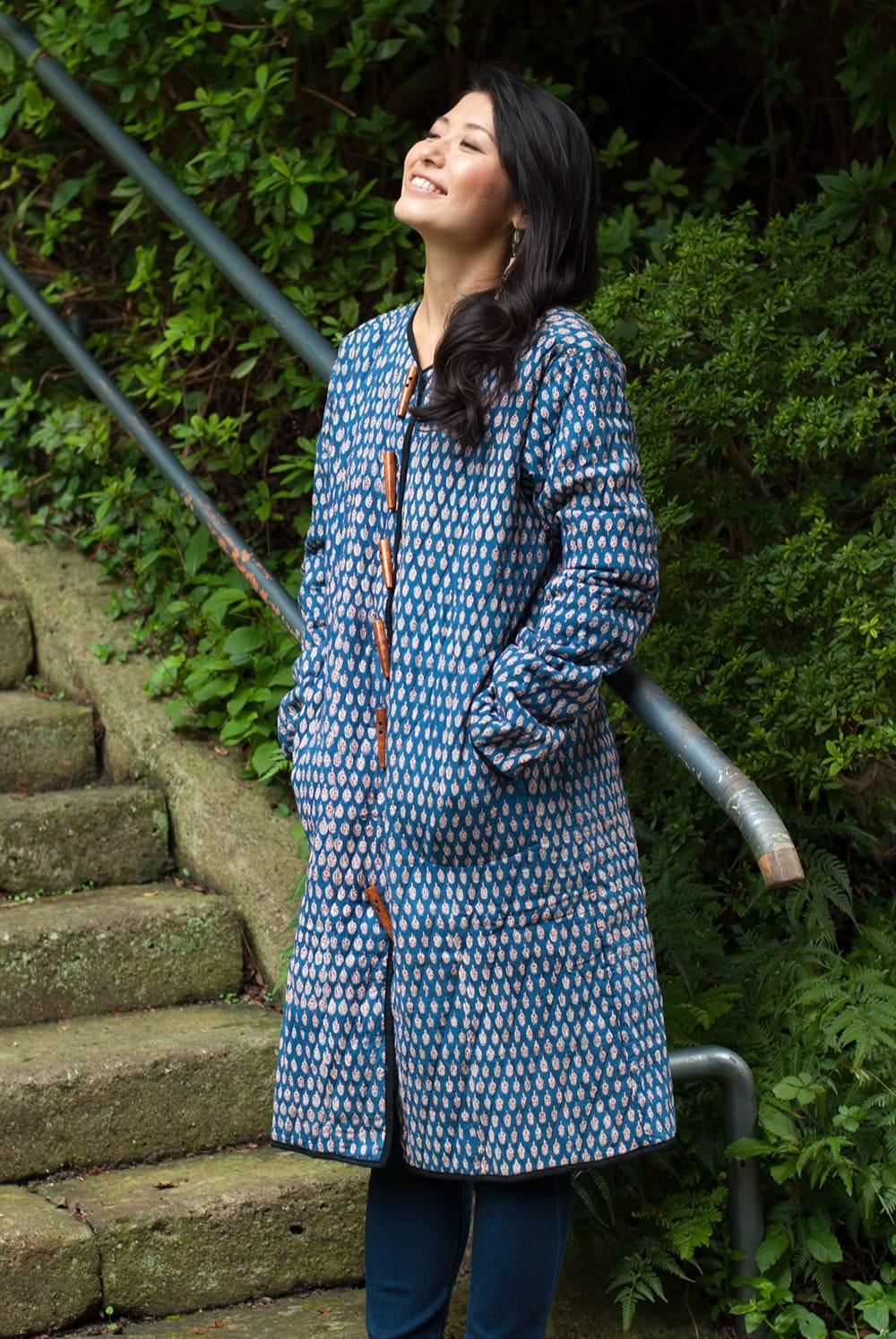 インディゴ染布のキルティングコートの写真