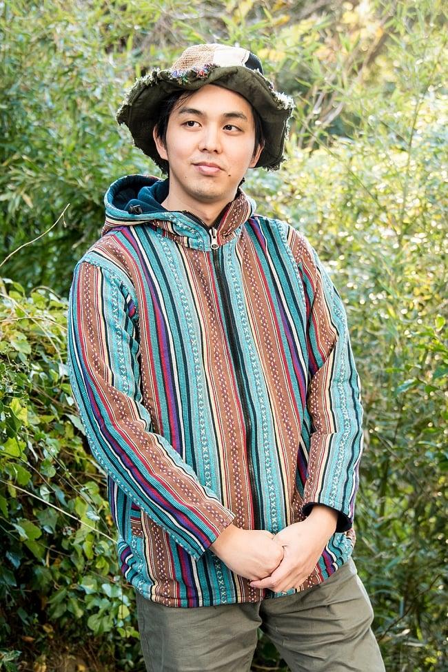 ネパール伝統布のインナーフリースジャケット 2 - B:水色系 身長170cmの男性モデルの着用例になります。