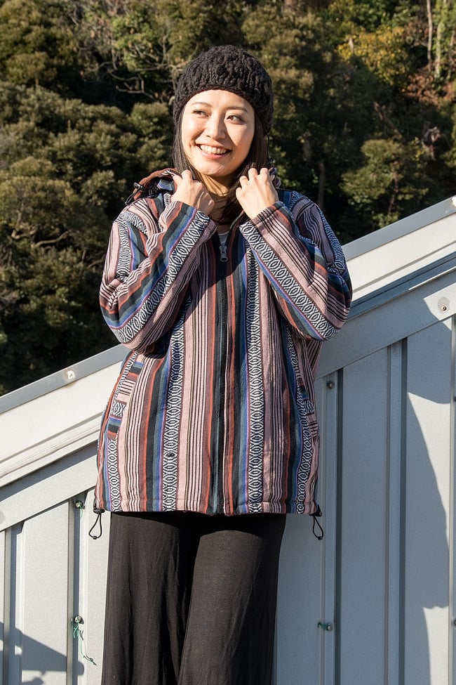 ネパール伝統布のインナーフリースジャケット 4 - D:小豆&ブラウン系 身長165cmの女性モデルの着用例になります。