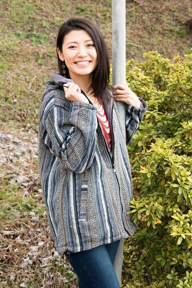 ネパール伝統布のインナーフリースジャケット 5 - E:グレー系 身長165cmの女性モデルの着用例になります。