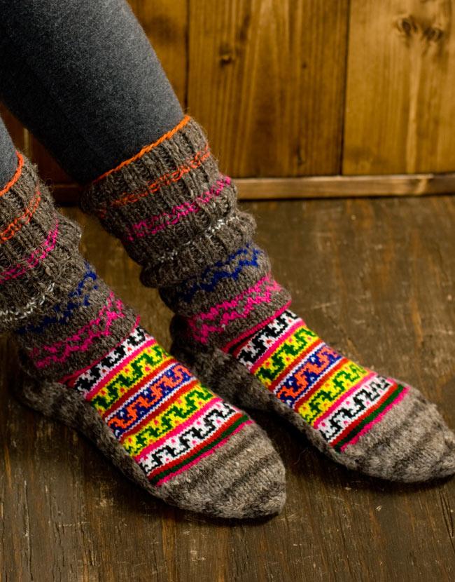 マナリの靴下 - カラフルアクリル 10 - 実際に履いてみました。足のサイズ23�のスタッフでも25�のスタッフでも問題なくはけました。重ね履きする場合はちょっと滑りが悪く履きにくい場合もあるかと思いますので、薄手の靴下と合わせることをオススメします。