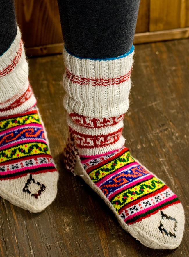 マナリの靴下 - カラフルアクリル 11 - 実際に履いてみました。足のサイズ23�のスタッフでも25�のスタッフでも問題なくはけました。重ね履きする場合はちょっと滑りが悪く履きにくい場合もあるかと思いますので、薄手の靴下と合わせることをオススメします。