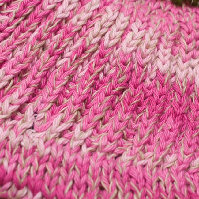 フェルトのポンポン ニット帽 - ピンク 5 - ニット部分をアップにしてみました。
