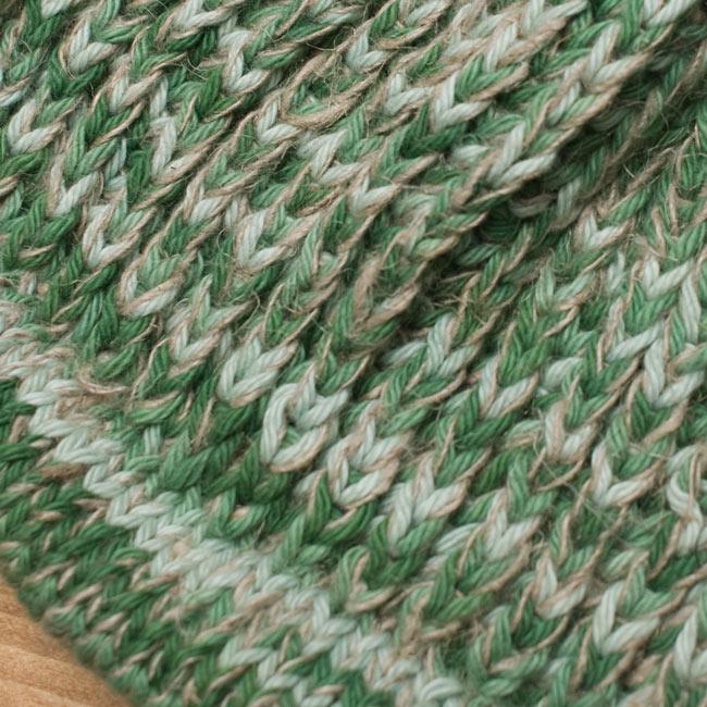 フェルトのポンポン ニット帽 - グリーン 5 - ニット部分をアップにしてみました。