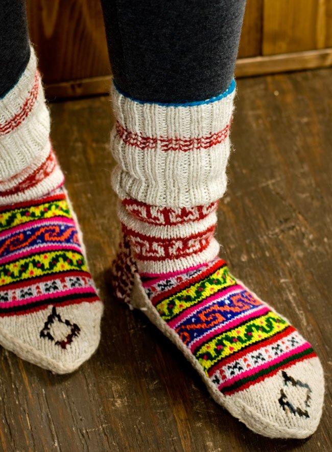 マナリの靴下 - シンプルウール 10 - 実際に履いてみました。足のサイズ23�のスタッフでも25�のスタッフでも問題なくはけました。重ね履きする場合はちょっと滑りが悪く履きにくい場合もあるかと思いますので、薄手の靴下と合わせることをオススメします。