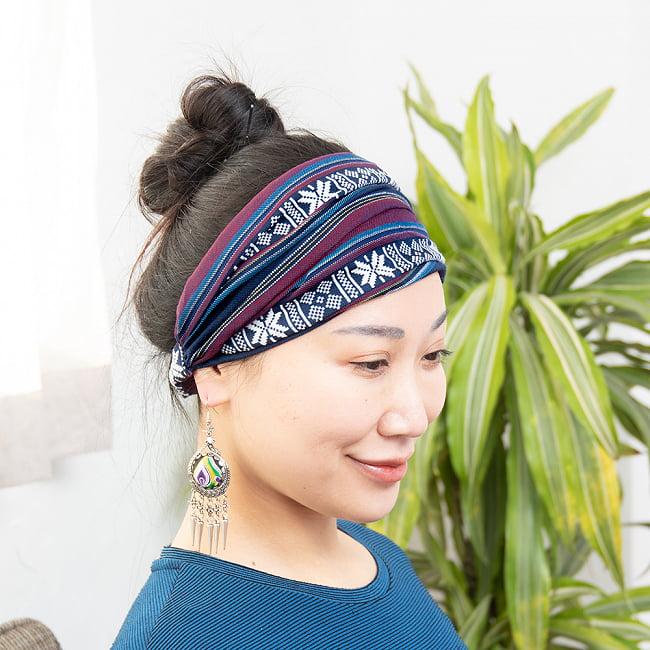 ターイ族の手作りカラフルヘアバンド【1点アソート】 4 - モデルさんの着用例になります。