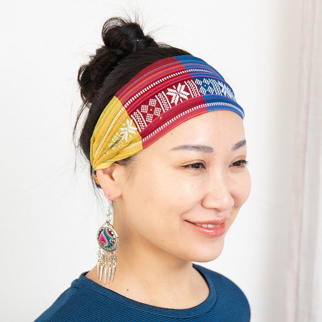 ターイ族の手作りカラフルヘアバンド【1点アソート】 5 - モデルさんの着用例になります。