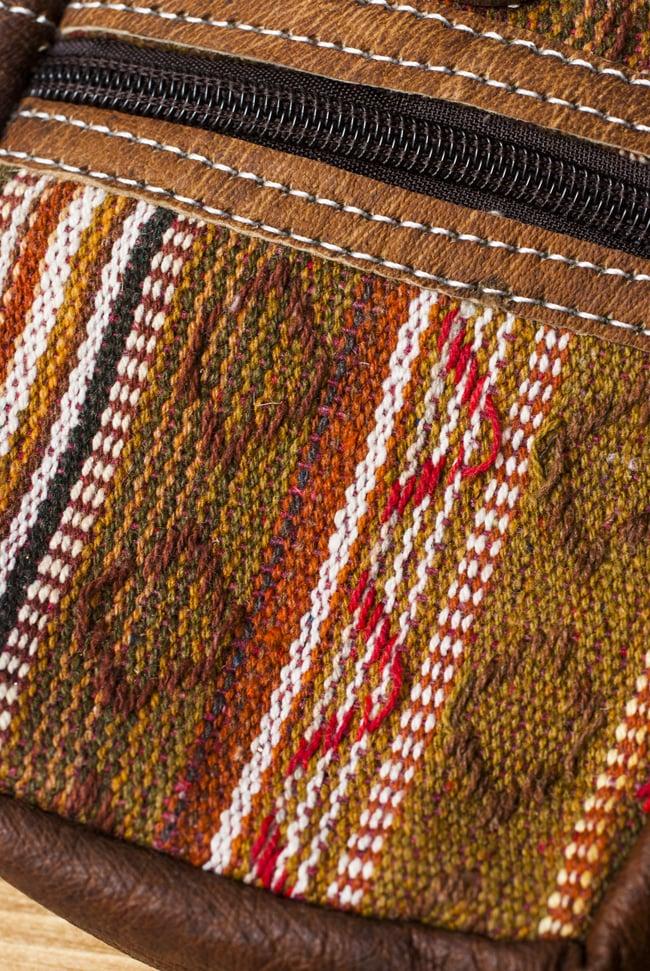 エスノ刺繍レザータバコケース - 茶色系 2 - 生地の拡大です。「ゲリ」という名前の、しっかりした生地が用いられています。