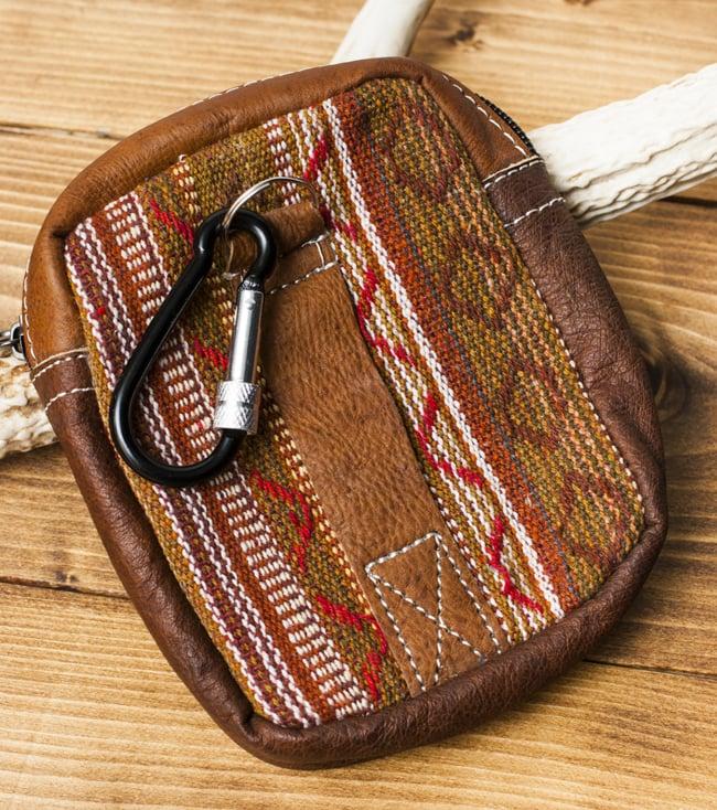 エスノ刺繍レザータバコケース - 茶色系 3 - 裏面にはベルト通しとフックがあります。フックの色は商品ごとに異なります。