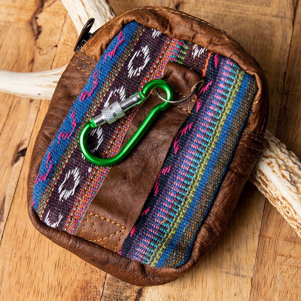 エスノ刺繍レザータバコケース - 紫系 3 - 裏面にはベルト通しとフックがあります。フックの色は商品ごとに異なります。