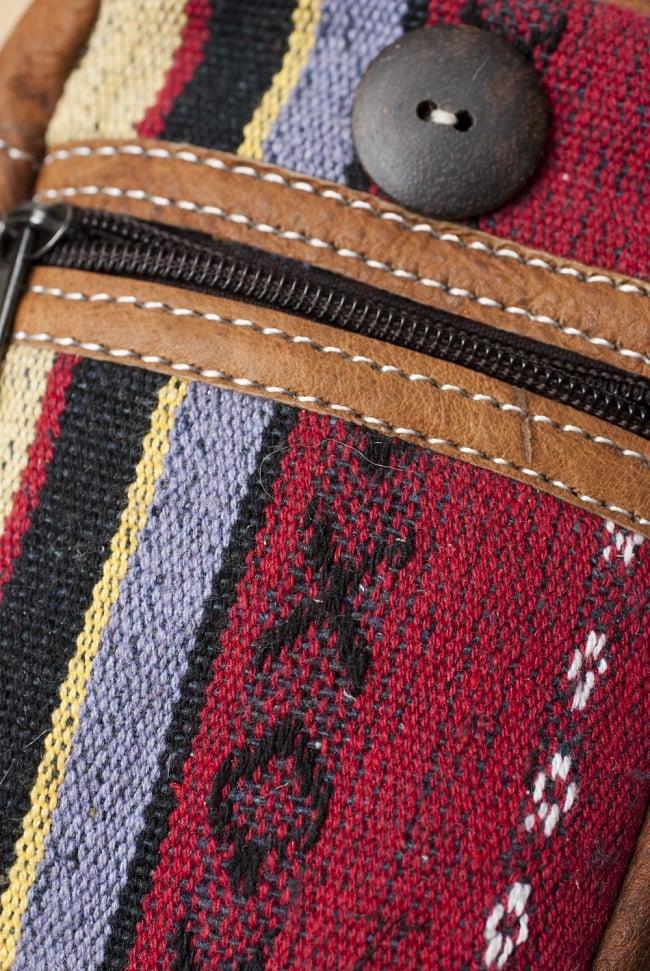 エスノ刺繍レザータバコケース - 赤・ベージュ系 2 - 生地の拡大です。「ゲリ」という名前の、しっかりした生地が用いられています。