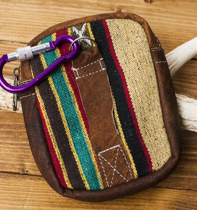 エスノ刺繍レザータバコケース - 赤・ベージュ系 3 - 裏面にはベルト通しとフックがあります。フックの色は商品ごとに異なります。