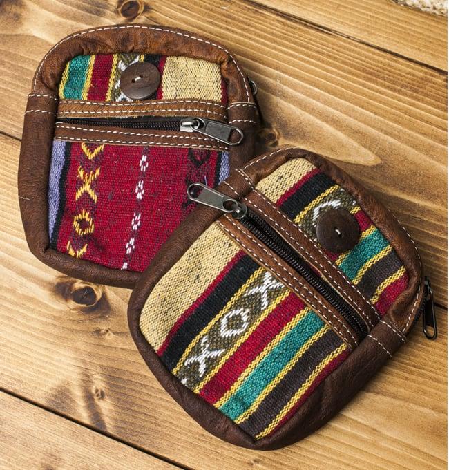 エスノ刺繍レザータバコケース - 赤・ベージュ系 5 - 手作り製品のため、一点ごとに風合いやデザインのパターンが異なります。