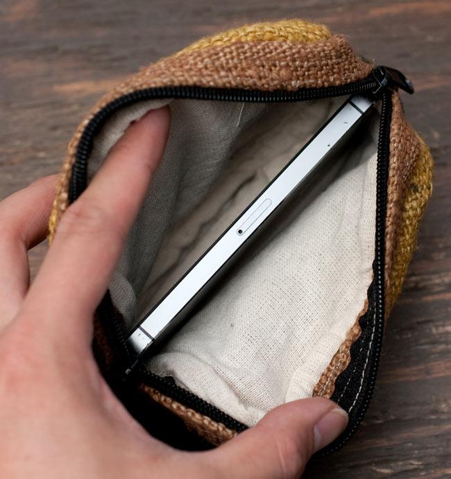 ヘンプとコットンのポーチ【緑×茶×黄色】 7 - iPhone 5s(58.6×123.8×7.6mm)を横にして入れたところです。ちょうど入るくらいのサイズ感です。