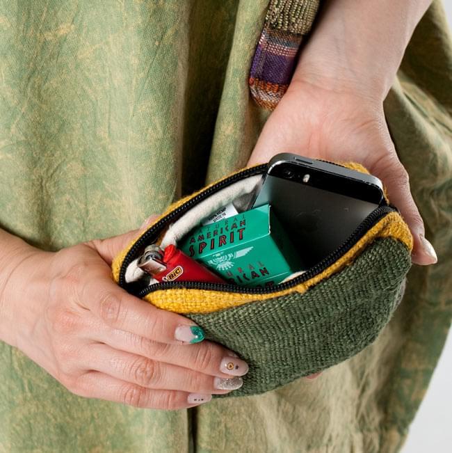 ヘンプとコットンのポーチ【緑×茶×黄色】 9 - ファスナーが2つ付いていて、大きく開くので取り出しもやりやすいです。