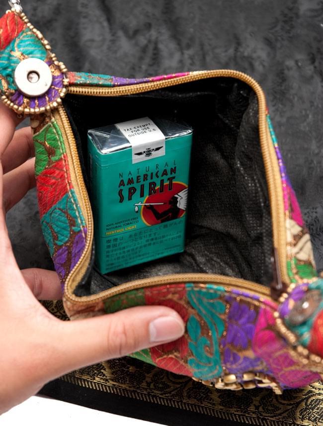 マハラーニ風の丸型おりたたみハンドバッグ - 赤系 10 - 折りたたむデザインの為、長財布などは難しいですが小さめのお財布や身の回りの物を入れておくには十分です。