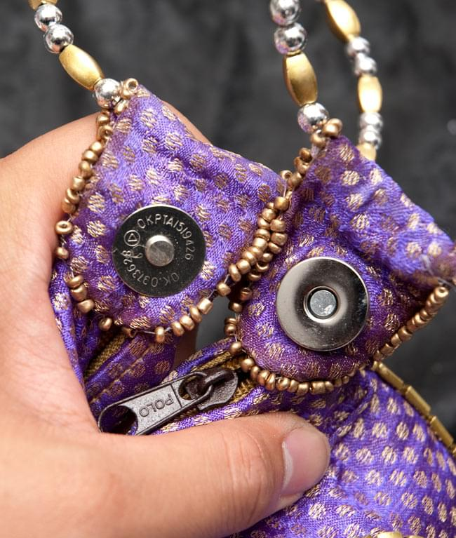 マハラーニ風の丸型おりたたみハンドバッグ - 赤系 8 - 取っ手部についた磁石で折り畳めます。