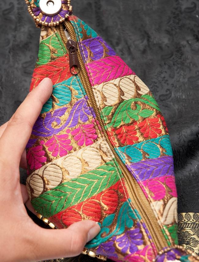 マハラーニ風の丸型おりたたみハンドバッグ - 赤系 9 - 開閉部分は、こちらのようにジッパーがついております。