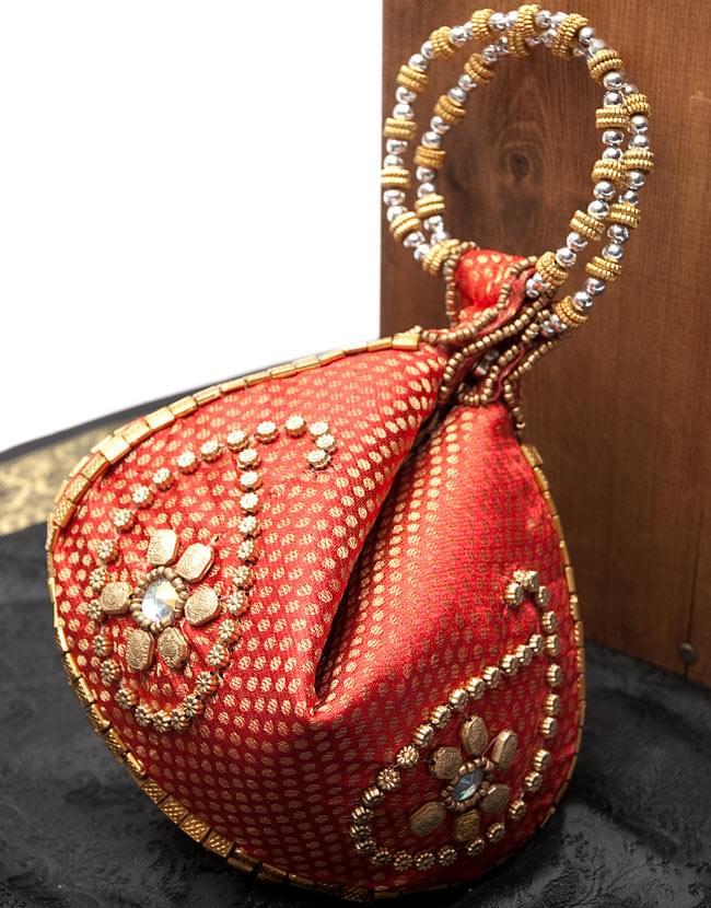 マハラーニ風の丸型おりたたみハンドバッグ - 赤系の写真
