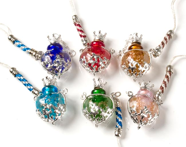 香水瓶のストラップ - ハートの写真4 - 六つの色からお選びいただけます。左から、<br> 上段:青、赤、茶<br> 下段:水、緑、桃<br> となっております。
